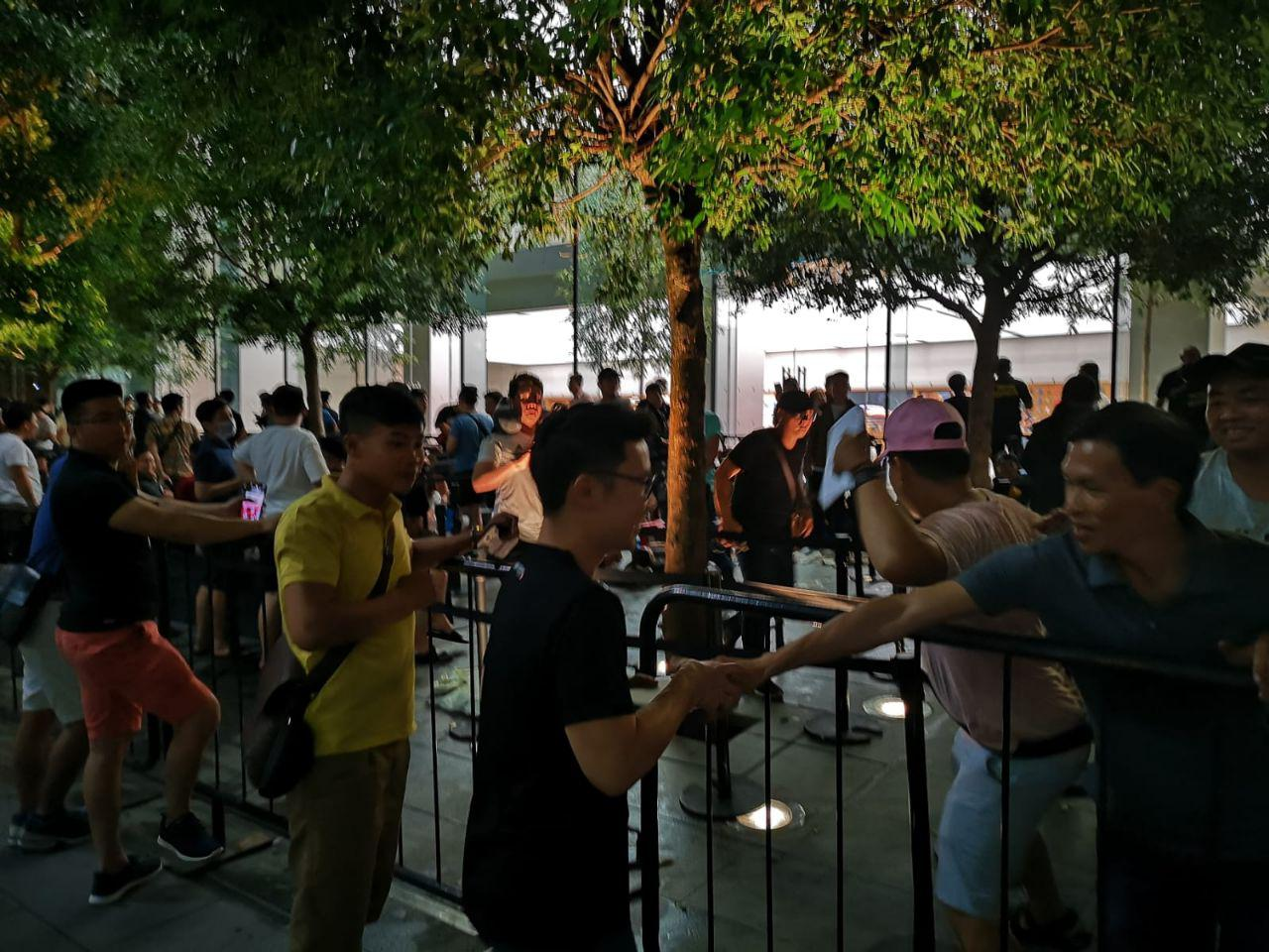 Huawei gifting free power banks to Apple fans outside Apple store