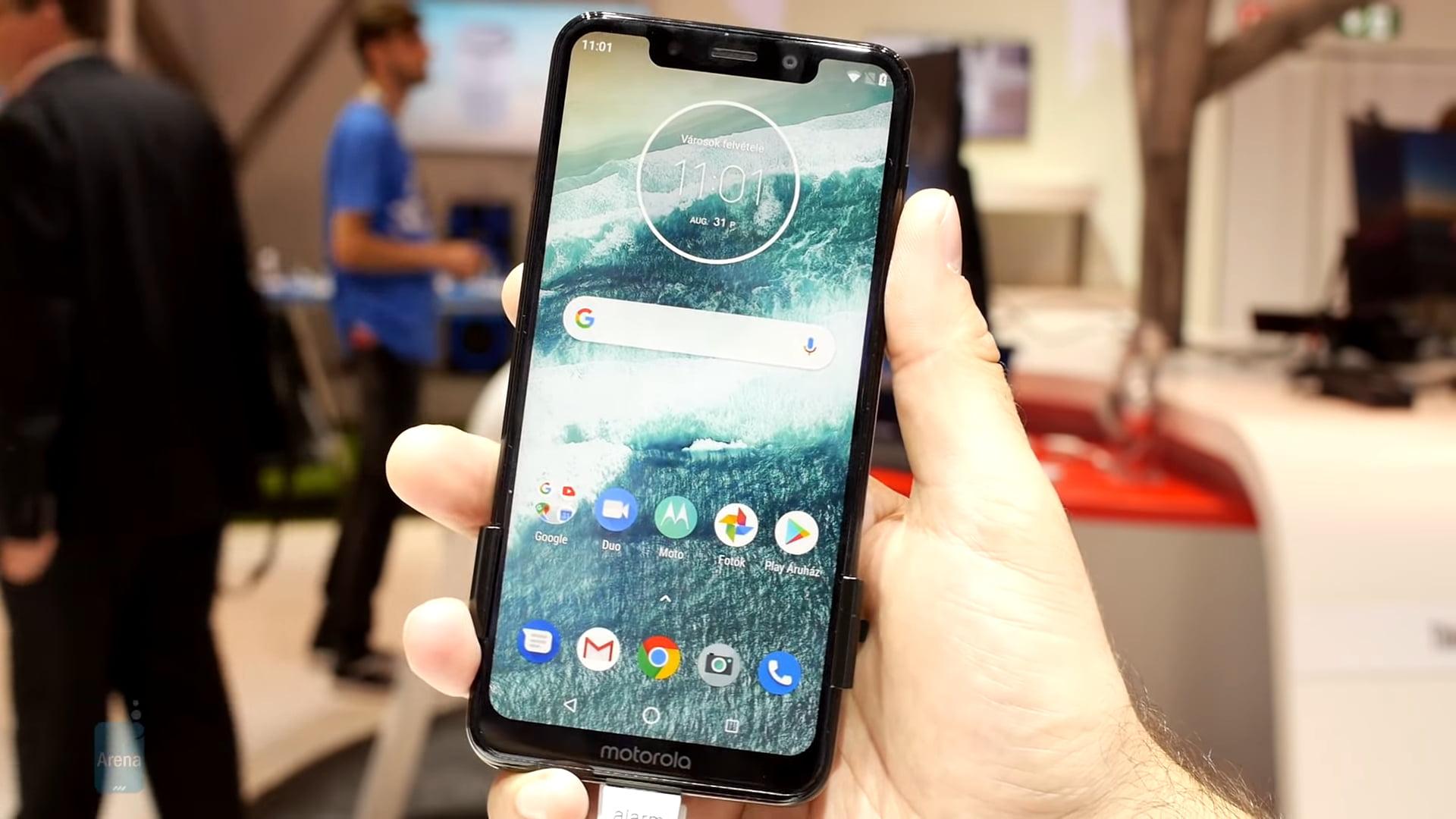 Motorola One Power looks exactly like iPhone X except that it isn\'t