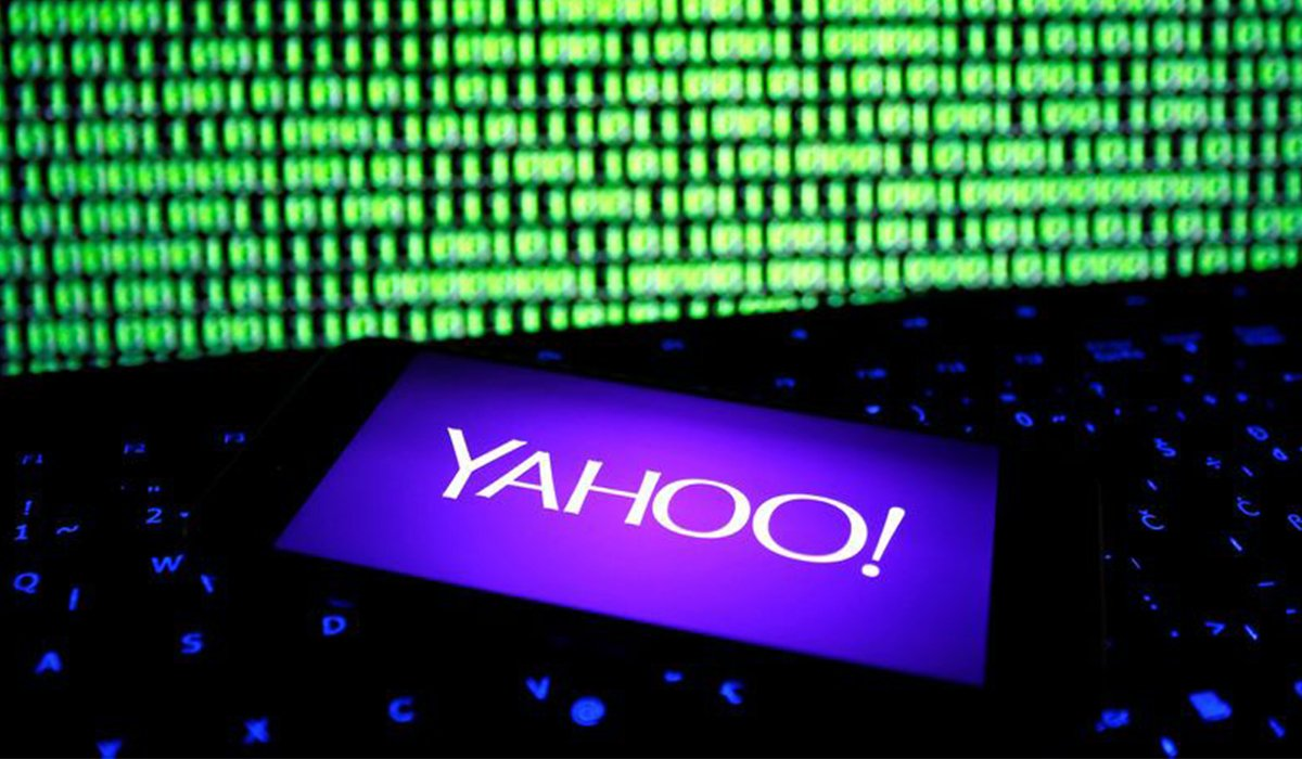 Yahoo logo opened in a smartphone in front of a computer screen