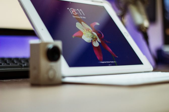 A photo of iPad on a table with lockscreen ON