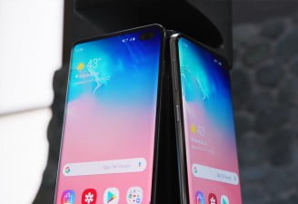 A photography of Samsung Galaxy S10 Plus and Samsung Galaxy S10 showing display panels