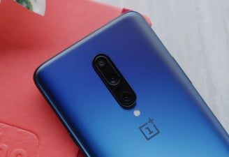 A featured image of OnePlus 7 Pro in Nebula Blue color placed on a table