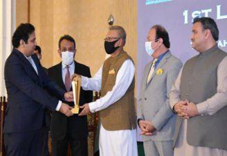 Jazib Zaman receiving best software company award for TechAbout